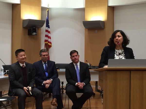 De izquierda a derecha: El superintendente de las Escuelas Públicas de Boston, Tommy Chang; la máxima autoridad del Comité Escolar de Boston, Michael O'Neill; y el alcalde de Boston, Martin J Walsh durante la ceremonia de juramentación de Alexandra Oliver-Dávila.