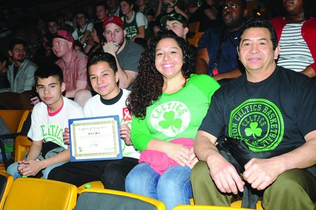 ➥➥ Orgullosos padres. Con mucha felicidad celebraron en familia el reconocimiento que recibió Jaime Castro de la Mario Umana Academy en East Boston por su excelencia académica durante la Noche Latina con los Celtics.