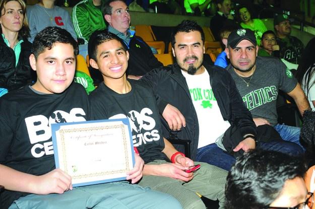 ➥➥ Estrella académica. Carlos Mendoza de la Mario Umana Academy en East Boston, celebra sus excelente desempeño escolar junto a sus seres queridos.