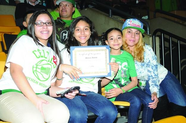 ➥➥ Felicitaciones por sus buenas notas a Daviana Andreade de la Excel Academy en East Boston quien celebra junto con familiares sus triunfos académicos.