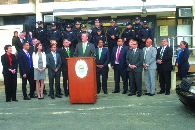 ➥➥ Gobernador de Massachusetts Charlie Baker anunció fondos para mejorar el funcionamiento del Departamento de Policía y la contratación de ocho nuevos oficiales.