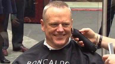 El gobernador Baker se cortó el cabello en un evento de caridad en Quincy. Foto: WBZ-TV.