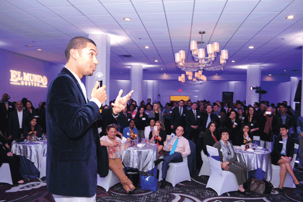 ➥➥ Guest of Honor, Edmar Noé Colón addresses the audience at The El Mundo Professional Mixer.