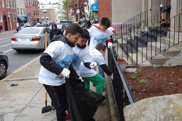 Niños en acción: Los integrantes de la Academia de Fútbol de East Boston se sumaron a la campaña.