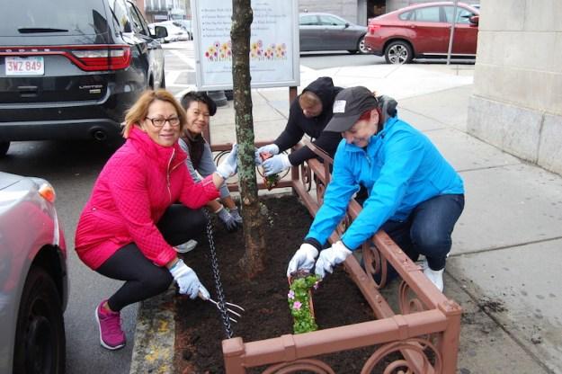 Residentes de East Boston salieron a limpiar las calles de la ciudad.