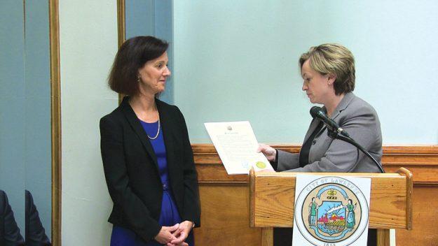 Lisa Funaro directora de MARE recibe el reconocimiento de Eileen Bernal por la gran labor que viene desempeñando la agencia.