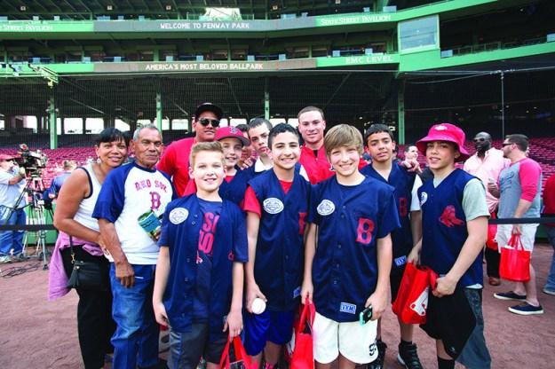➥ Posando con el catcher puertorriqueño Christian Vásquez. Foto: Red Sox.