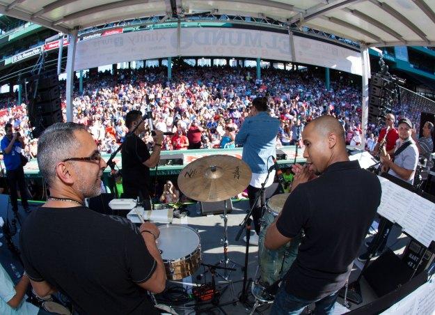 """Jonathan Moly y Jerry Rivera cantaron """"Sayonara"""" en el Fenway Park."""
