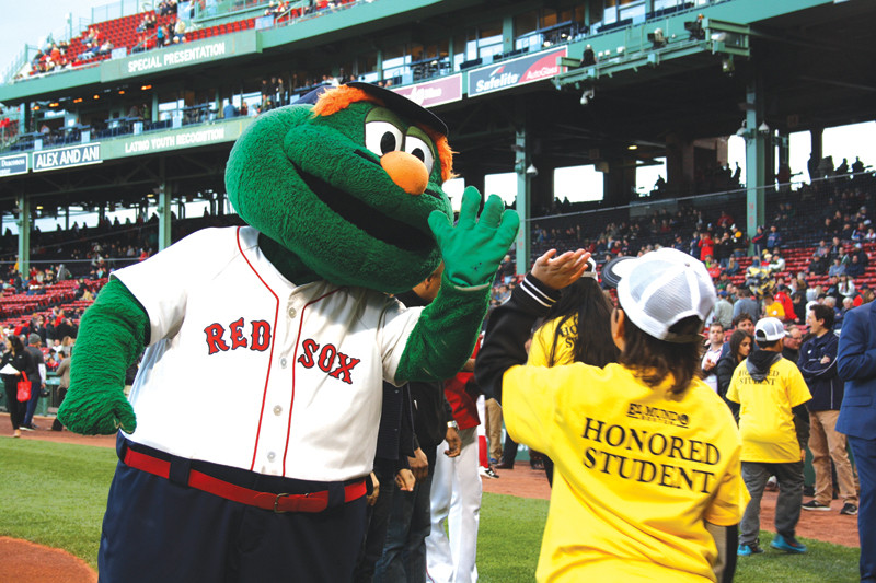 ➥➥' High five' con la mascota de los Medias Rojas de Boston el Green Monster.
