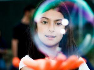 niña con burbuja
