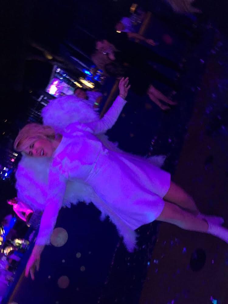 Beatriz Pasquel con unas alas muy divertidas qué la transformaron en Angel para la fiesta.