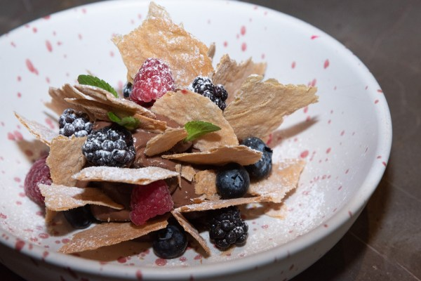 Mil hojas destruido Espuma de chocolate amargo laminas de pasta hojaldre y frutos del bosque
