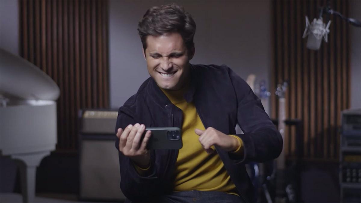 Diego Boneta viendo el adelanto de Luis Miguel, la serie, temporada dos.