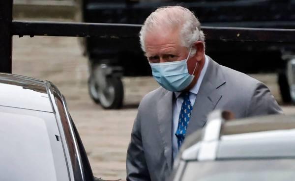 Príncipe Carlos visitando a su padre
