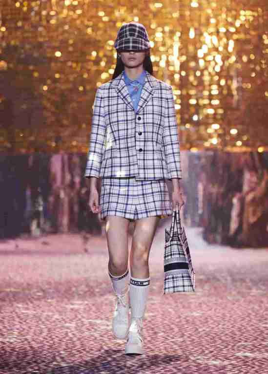 Dior-Fall-2021-Shangai-look-falda-saco-min-ok