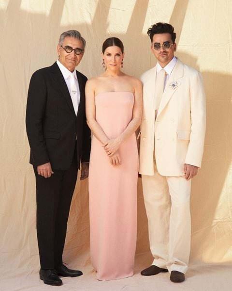 Eugene Levy, en un traje Prada; Sarah Levy, en un vestido Monique Lhuillier; y Dan Levy en un trajo de The Row con accesorios Cartier.