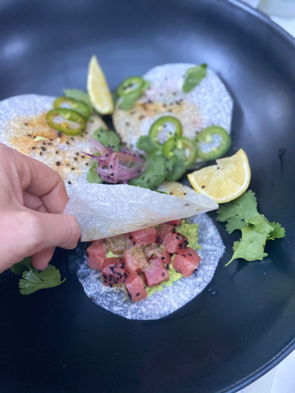 Taquitos de jícama con atún