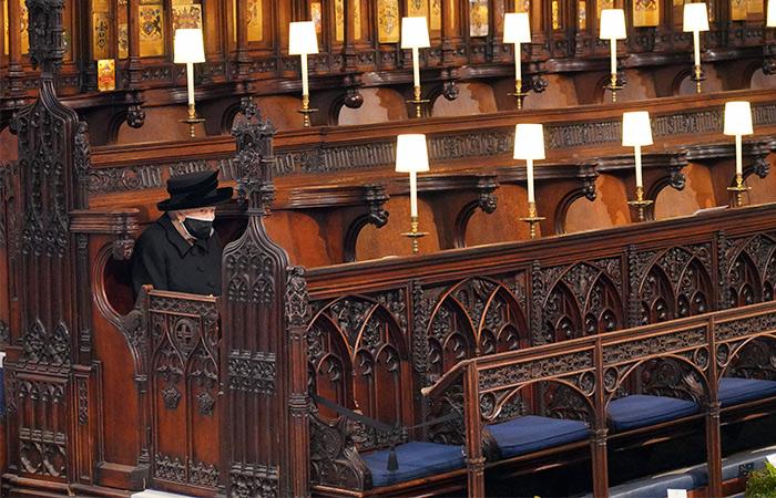 Reina-Isabel-II-en-solitario-funeral-Felipe