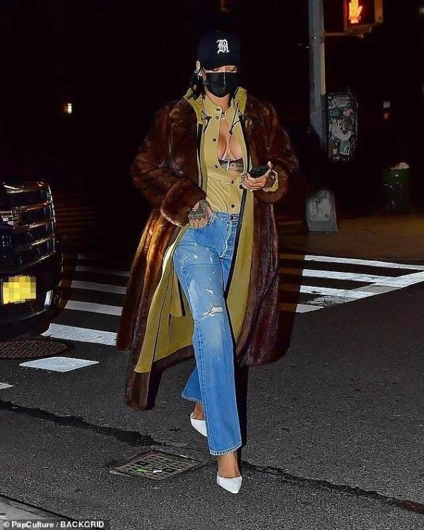 Rihanna saliendo de cenar