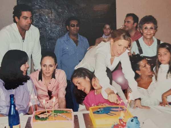 La familia reunida celebrando un cumpleaños