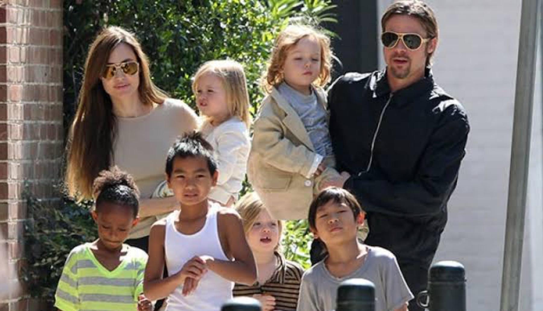 Angelina Jolie y Brad Pitt con sus seis hijos