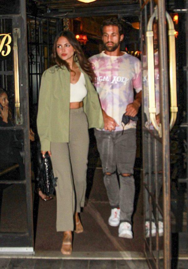Eiza y Paul saliendo de un restaurante