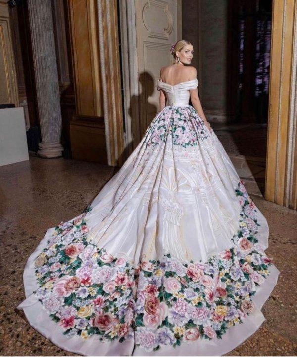 Aquí otro de los vestidos que usó.