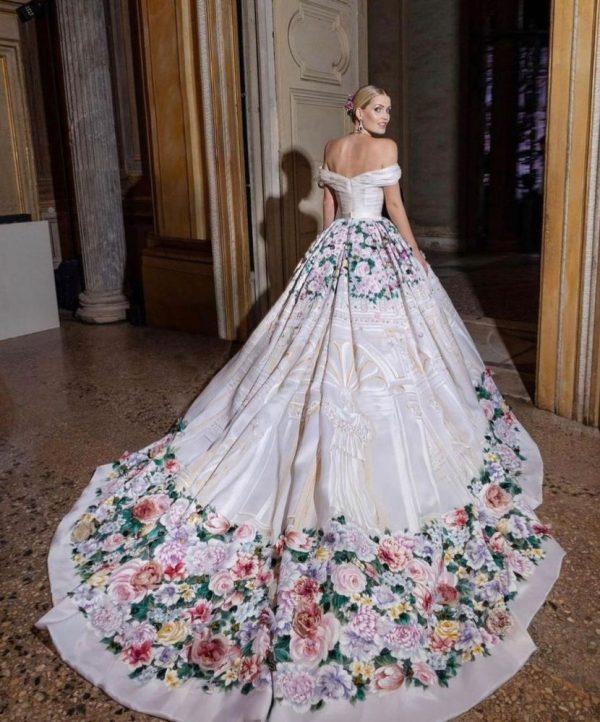 Lady Kitty Spencer vestido blanco con flores de colores.