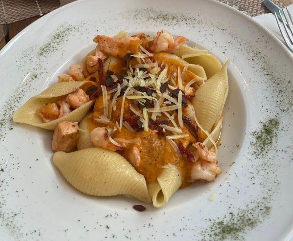 Pasta con camarones y salmón