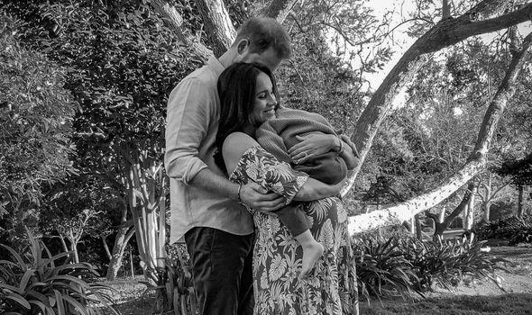 príncipe Harry y Mgehan Markle embarzada de Lilibet con Archie en brazos