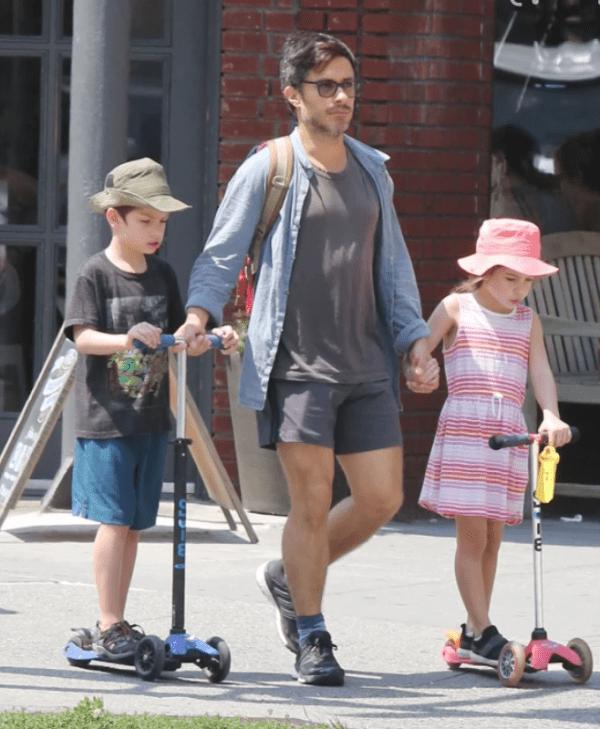 Gael Garcia con sus hijos Lázaro y Libertad