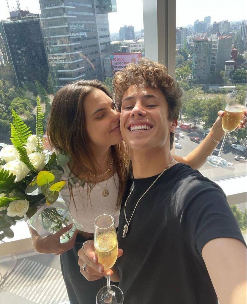 Juanpa Zurita y Maca Achaga abrieron una champagne para celebraran que están de nuevo juntos.