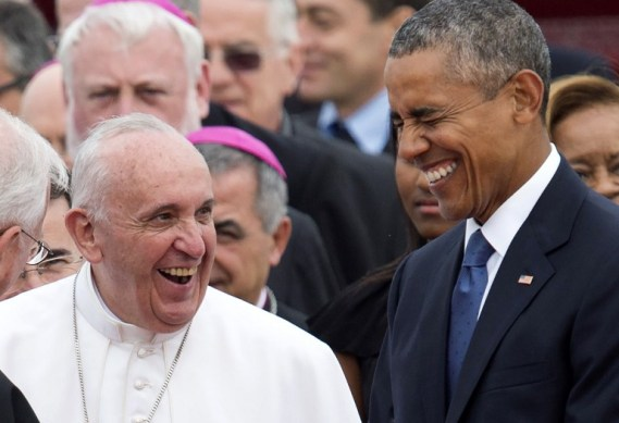 TOPSHOTS Pope Francis laughs alongside US President Barack Obama upon arrival at Andrews Air Force Base in Maryland, September 22, 2015, on the start of a 3-day trip to Washington. AFP PHOTO / SAUL LOEB