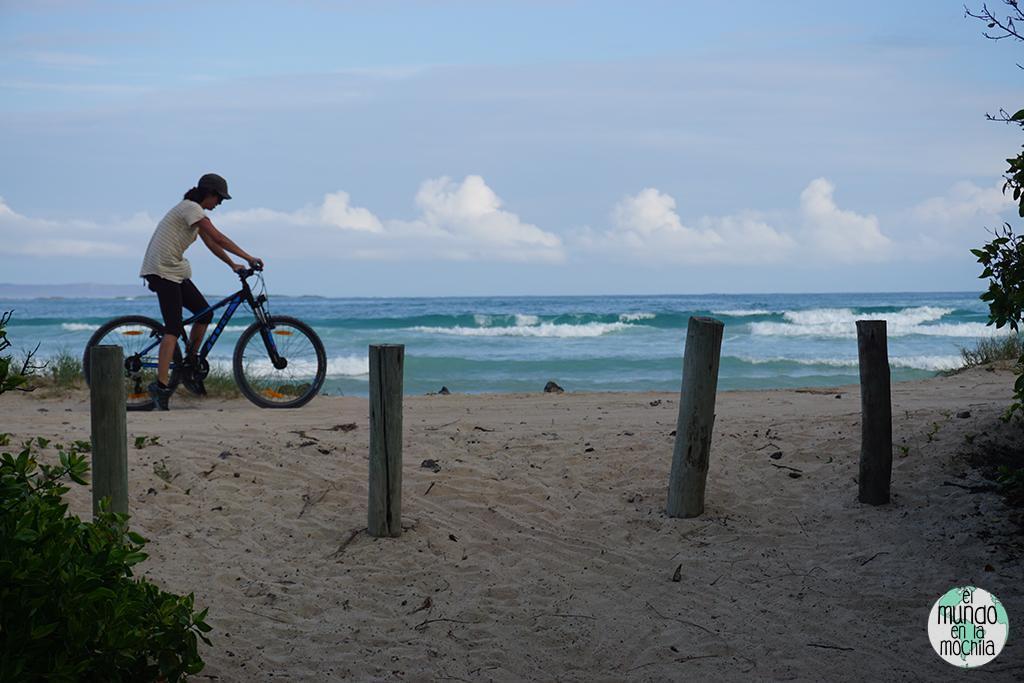 Gaby en bici, algunos problemas con la arena de la playa