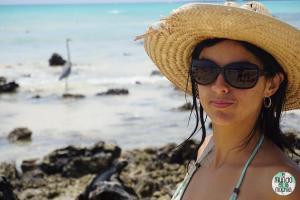 Gaby con garza azulada de Galápagos elmundoenlamochila.com