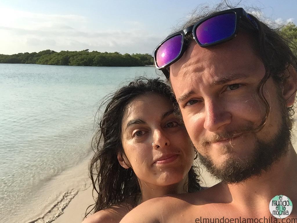 Gaby y Peter de elmundoenlamochila.com en Galápagos para mochileros