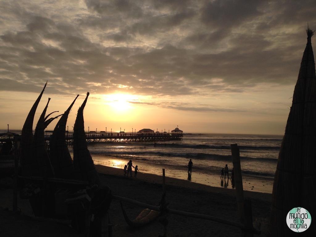 puesta de sol en huanchaco con caballitos de totora
