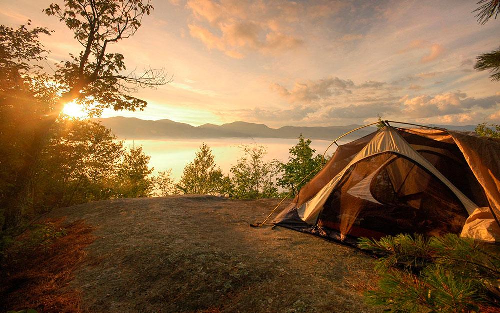 Tienda de campaña para mochileros en una puesta de sol