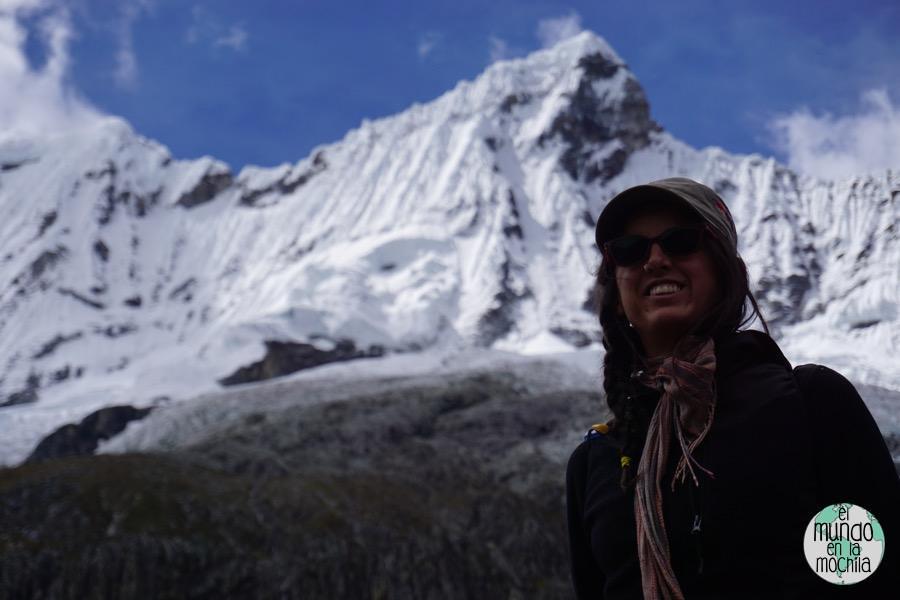 Gaby de elmundoenlamochila, con los nevados de fondo en la Cordillera Blanca
