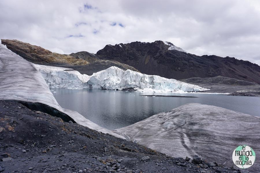 Laguna en el glaciar del nevado Pastoruri