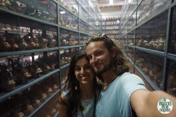 Estanterías llenas de arte precolombino en el Museo Larco, y Peter y Gaby en el medio