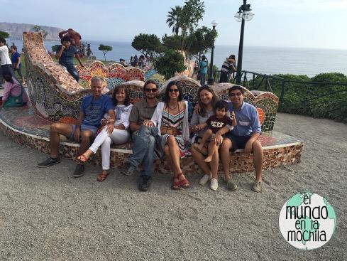 Grupo de gente felices en el Parque del Amor