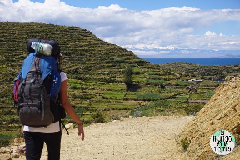 Caminando por los senderos de la Isla del Sol con la mochila a cuestas