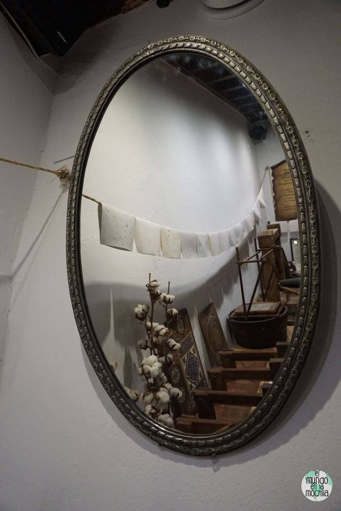 El museo de papel en la Casa Al-Andalusí reflejado en un espeo ovalado