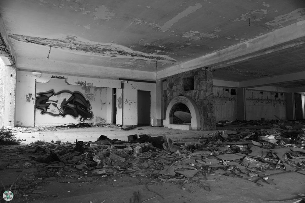 Chimenea en hotel abandonado