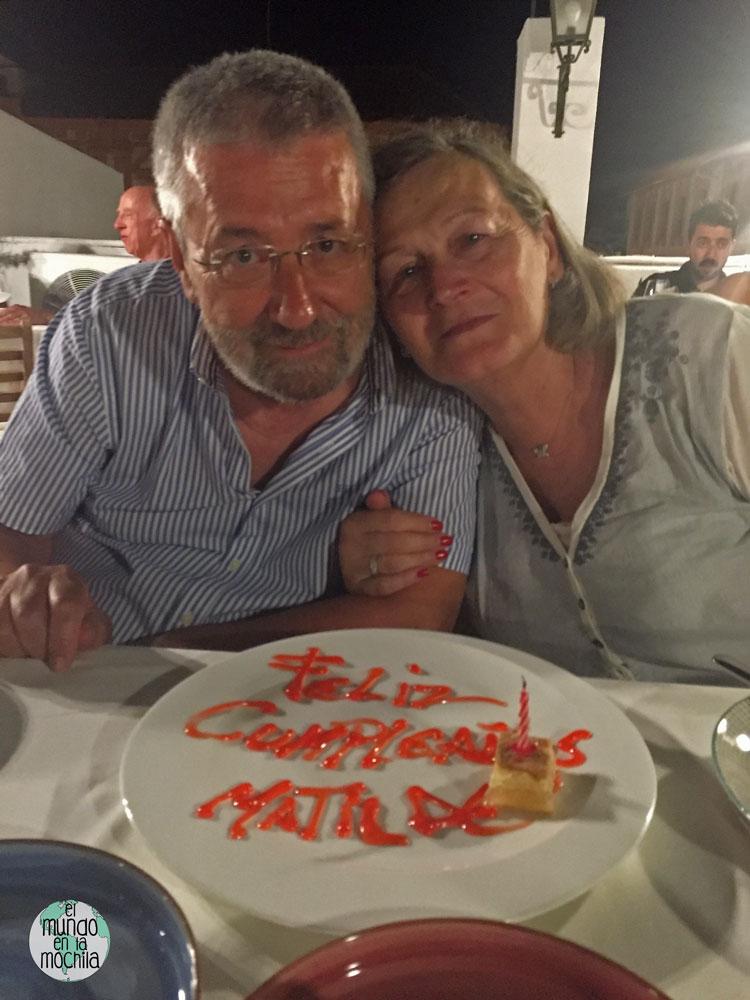 Pareja celebrando el cumpleaños