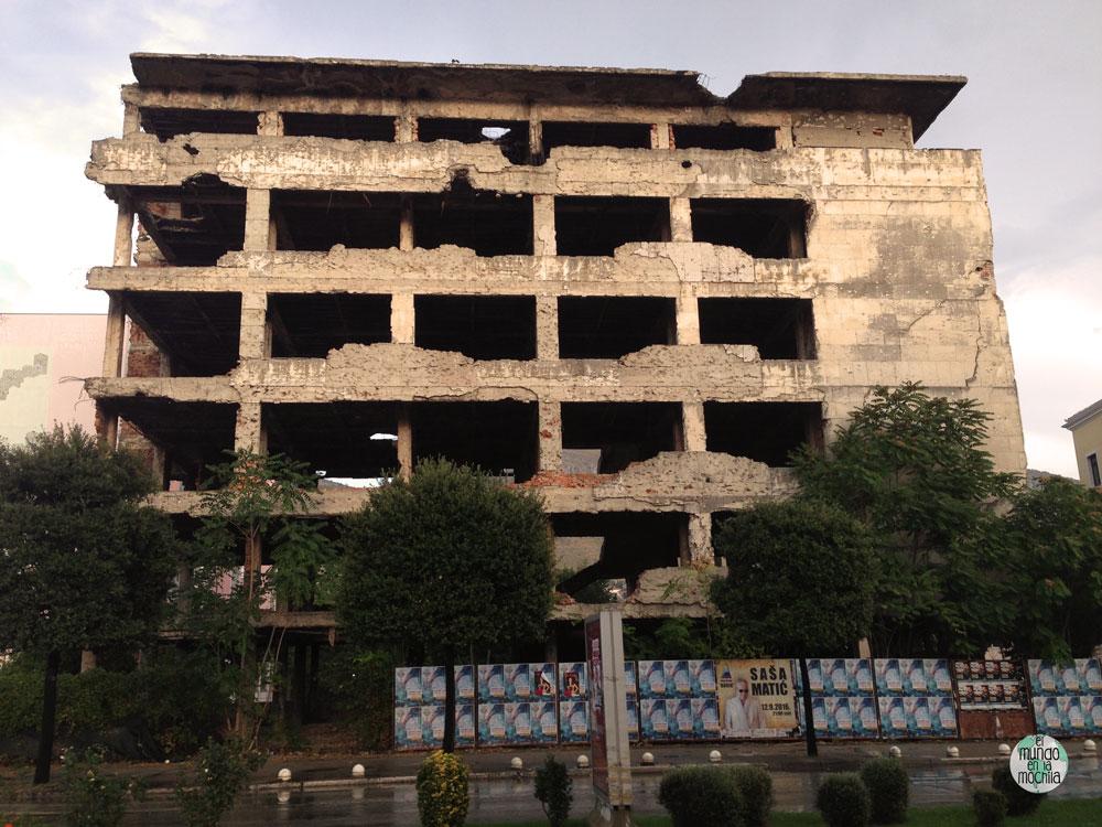 Edificio destruido en la guerra en el Bulevar de Mostar