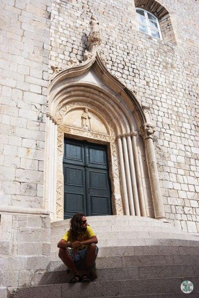 Peter sentado en las escaleras del Monasterio Dominico