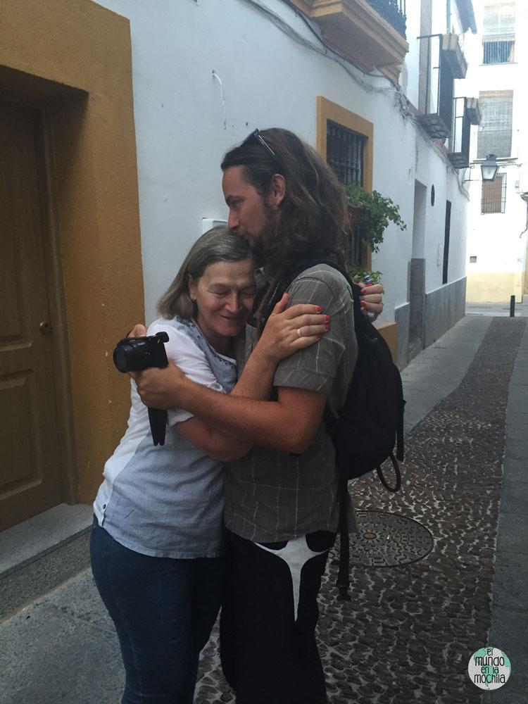 Mati abrazada a Peter en la calle en Córdoba