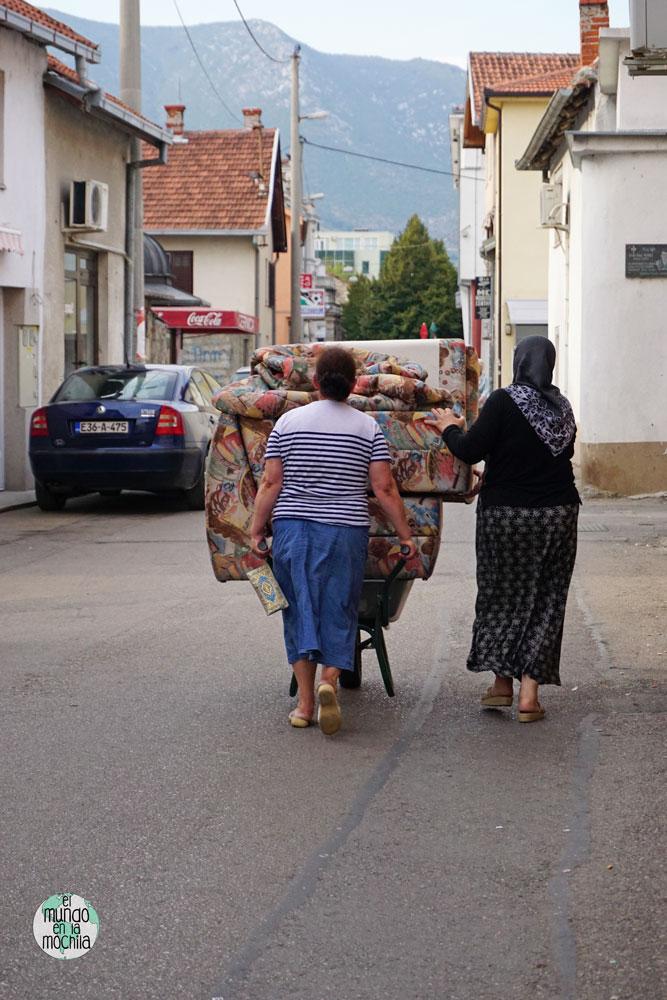 Dos mujeres transportan muebles en una carretilla por el barrio musulmán de Mostar